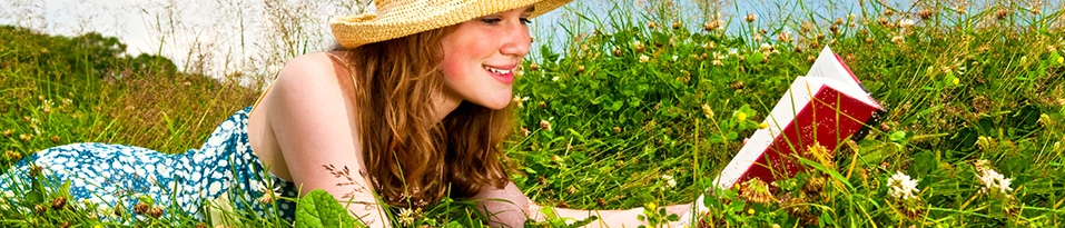 Lesende Frau im Gras